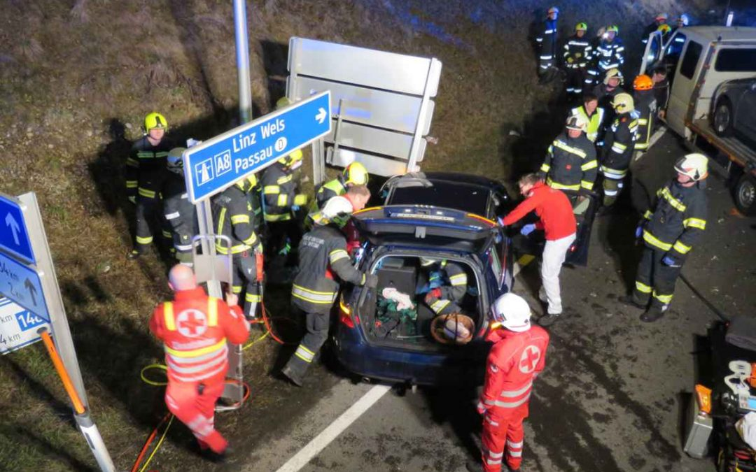 Verkehrsunfall mit eingeklemmter Person B148