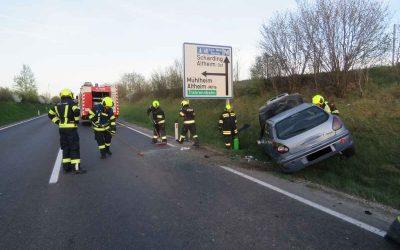 Aufräumarbeiten nach Verkehrsunfall B148