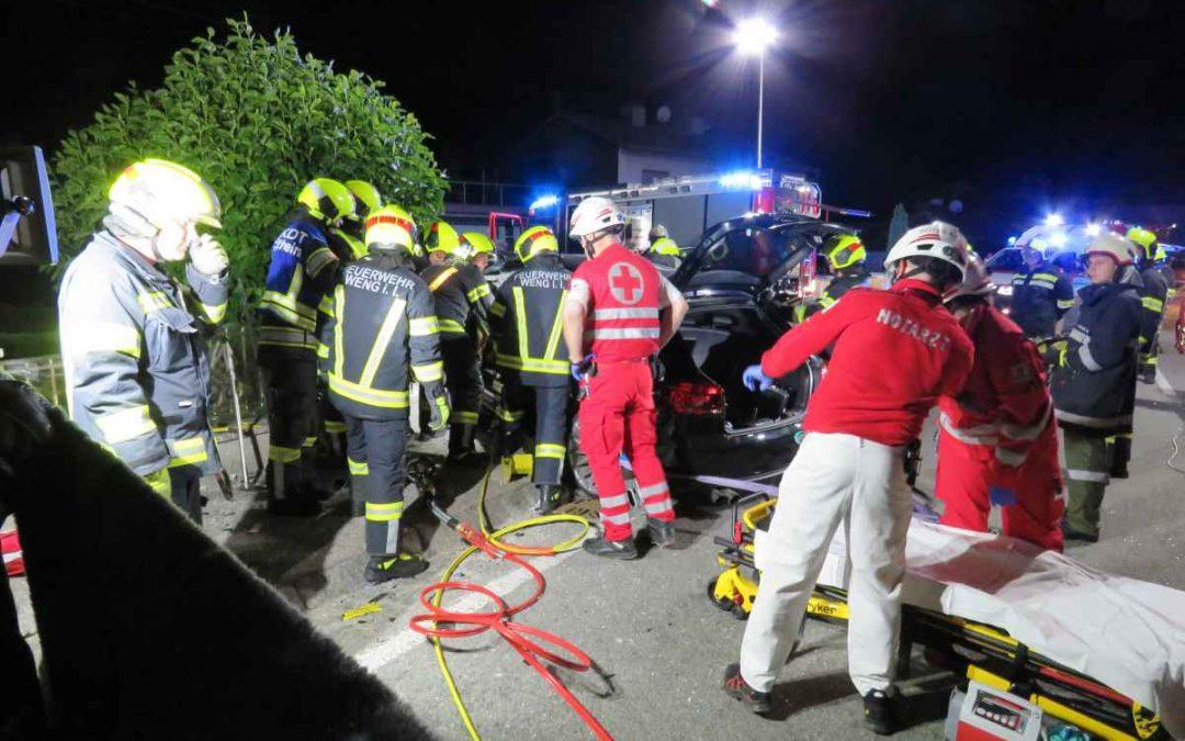 Verkehrsunfall mit eingeklemmter Person in Weng