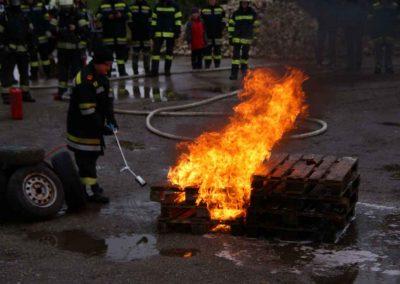 02 Das Feuer greift nicht auf die benetzten Paletten über