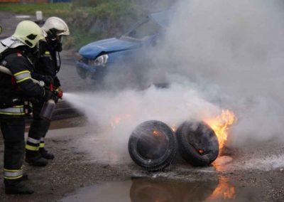 04 Mit einigen Wasserstößen sind die brenneden Reifen gelöscht und die Felgen so abgekühlt, dass man sie angreifen kann