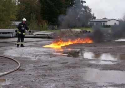 11 Die Benzinspur brennt bis zu der Stelle, wo zuvor F500 augetragen wurde